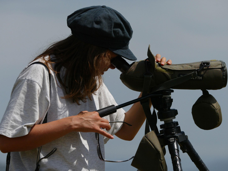 Observadora con telescopio