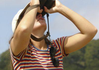 Observadora con prismáticos